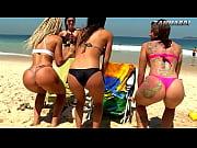 Mendigata mostrando seios na praia