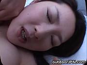 молодая и сексуальная азиатка сосет
