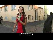 Видео девушки показывают свои большие сиськи