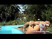 голая девушка и малыш голые качаются на доске видео