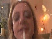 Loira safada abrindo boca para receber gala