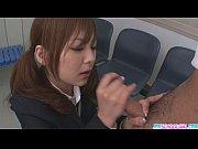 女子高生ミク アイリは、口の中で非難.