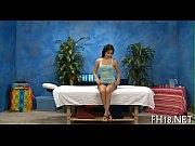 Здоровый лысый мужик пользует симпатичного транса в бассейне