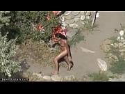 【ヌーディストビーチ】全裸でビーチを歩くスレンダー美女を盗撮