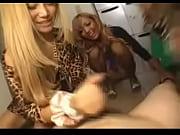 Девушка трахается с фаллоимитатором на присоске