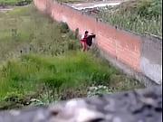 Flagra de casal trepando atrás do muro