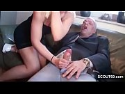 русская девушка занимается виртуальным сексом с микрофоном