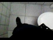 Punheta e gozada no banheiro