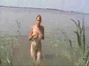 Красивая девушка надевает на себе наручники на руки и ноги видео