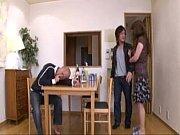 美原咲子 泥酔している旦那の横でセックスする巨乳の人妻