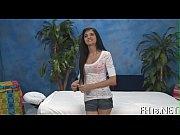 Девушка мужчине делает фистинг