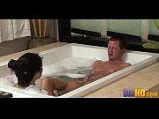 Парень трахает телку с охуенными сиськами в ванне а потом кончает ей на живот