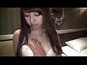 【エロ動画】笑顔が可愛い素人娘の両腕を掴んでバックからチンコをぶち込みピストン