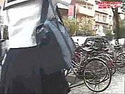 【JK動画】風でふわりと捲れるスカート!ちらりと見えるJKパンツ!眼福です♪