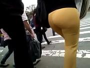 culona pantalon amarillo embarrado