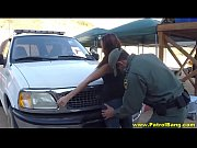 Policial malicioso ganhando sexo