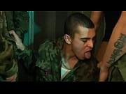 Soldado pagando boquete para dois sargentos
