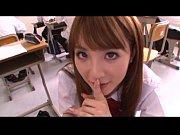 可愛い女子校生が他に教室に生徒がいるのにバレないようにフェラ。
