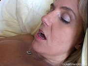 Chupando peitos da mature e metendo cacete