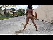 Ходят по улице голые девушки