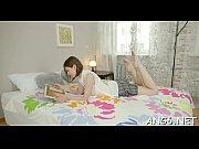 девушка мастурбирует об подушку