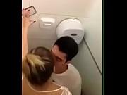 【個人撮影盗撮】外国人の素人バカップル彼氏が豊満彼女とのトイレでの対面騎乗位セックスを自撮り投稿
