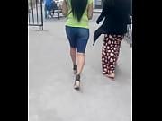 Женские ножки в колготках под юбками