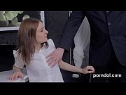 Грудастая девушка на цепи подвергается пыткам