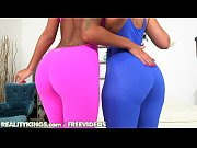 Смотреть видео две девушки заставили подругу лизать