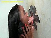 Negra engole rola pelo buraquinho e trepa