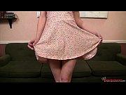 Девушке в чулках суют руку в пизду
