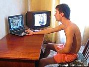 porno-pod-stolom-razdvigaet-nogi-onlayn