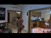 Cachorra do sexo fazendo sexo com dois machos