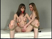 Мама с большой грудью мастурбирует перед веб