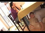 porno-polezay-pod-stol
