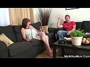 Phim loạn luân Con trai phang nhau với mẹ già trên ghế salon