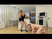Госпожа развлекается с голым рабом