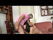 Сын трахает зрелую мать по ее просьбе в спальне