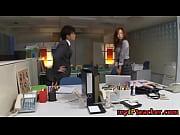 【美尻の美女のエッチ動画】欲求不満のOLがノーパンでオフィスでエッチ