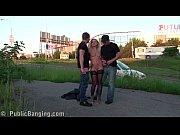 Καβλωμενη γκομενα παιρνει δυο καβλια σε τριο στο δρομο