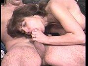 зрелую мамашу ебет огромный член в жопу
