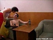 Mãe bêbada libera a xota pro filho na sala de estar