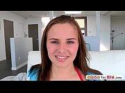 Hermosa estudiante Anna Lynn desea probar su primer verga gigante