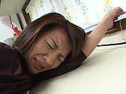 熟女の手マン無料obasan動画。       熟女の母親に襲いかかってマンコに指ズボして強制手マン!