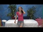 Четыре брюнетки мастурбируют на диване вибратором