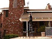 [盗撮新聞]屋根をよじ上って風呂を覗いてますよ!露天風呂や銭湯で女盗撮師が決死の覚悟で隠し撮りしたビデオです。