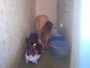 全裸で洗濯物を洗う外人さんをこっそり隠し撮り