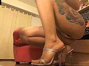 Лысая девка мастурбирует перед подругой смотреть