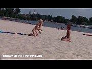 【トップレスビーチ無修正】全裸オマンコ丸見えな状態でビーチバレーを楽しむ金髪ティーン