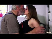 Порно пустили по кругу в мужской бане